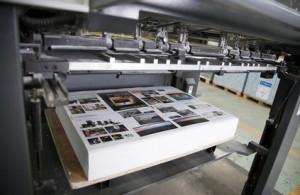 Machine d'imprimerie avec des feuilles à la marge