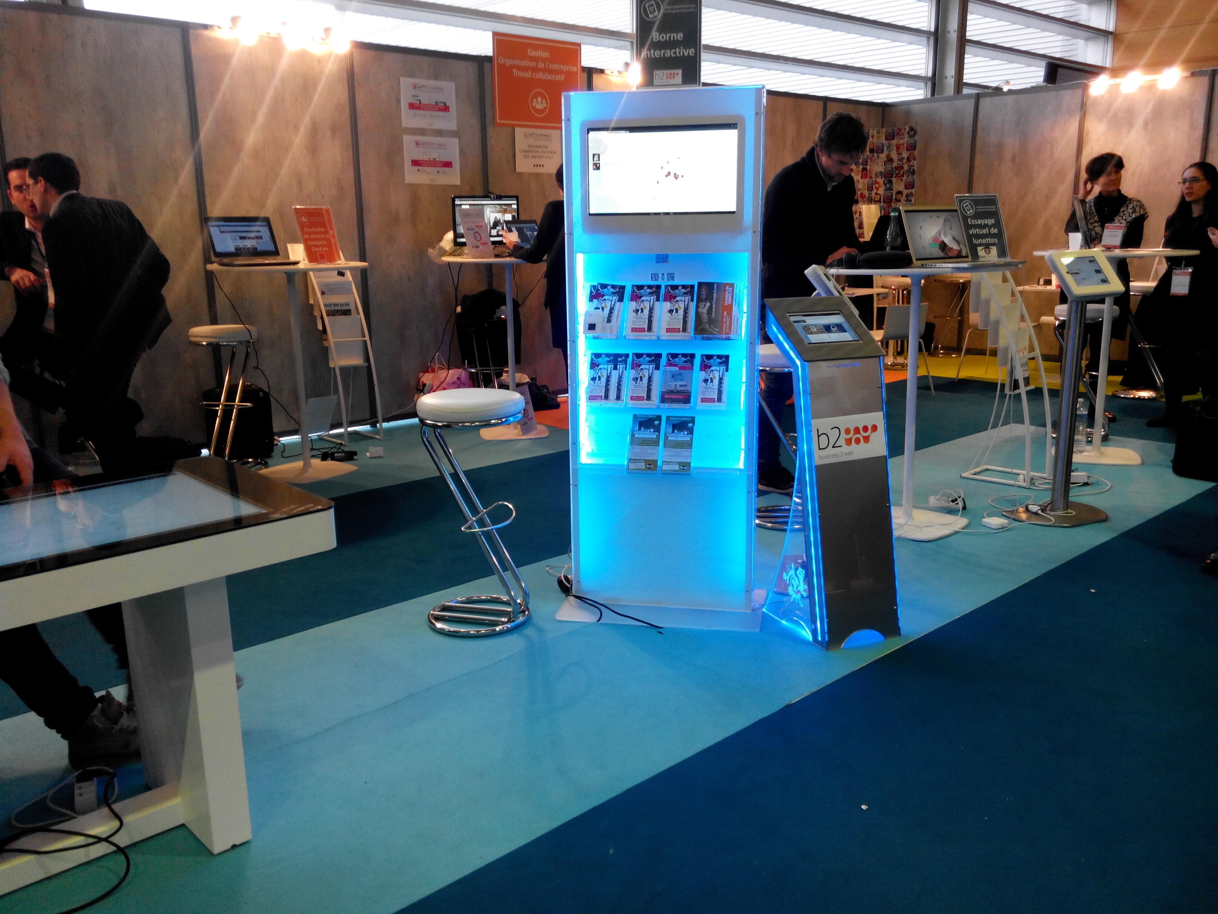 prise de vue du salon des entrepreneurs 2014 à nantes avec au premier plan la borne numérique infos-tourisme
